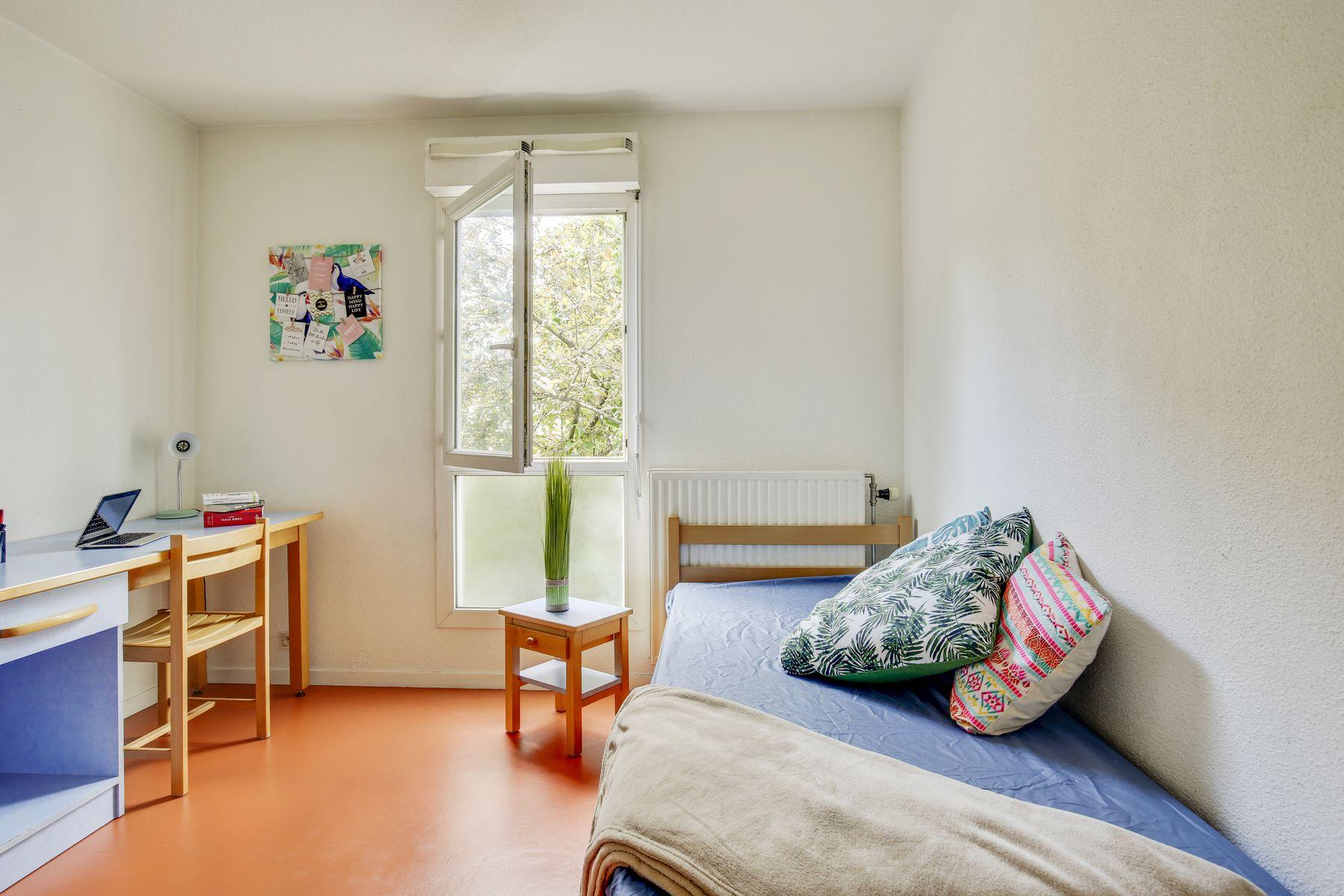 LOGIFAC résidence étudiante Maximilien Perret Alfortville lit table de nuit bureau