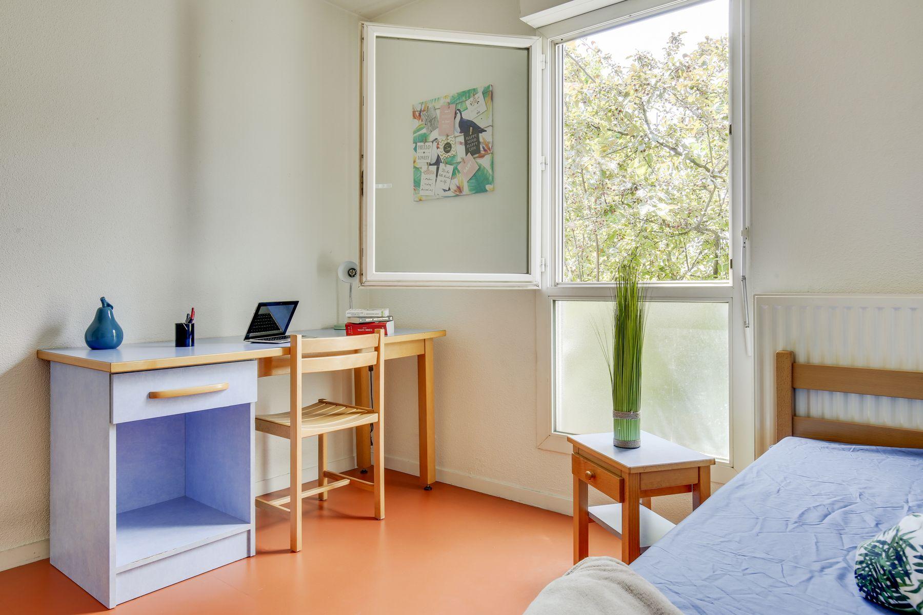 LOGIFAC résidence étudiante Maximilien Perret Alfortville lit bureau