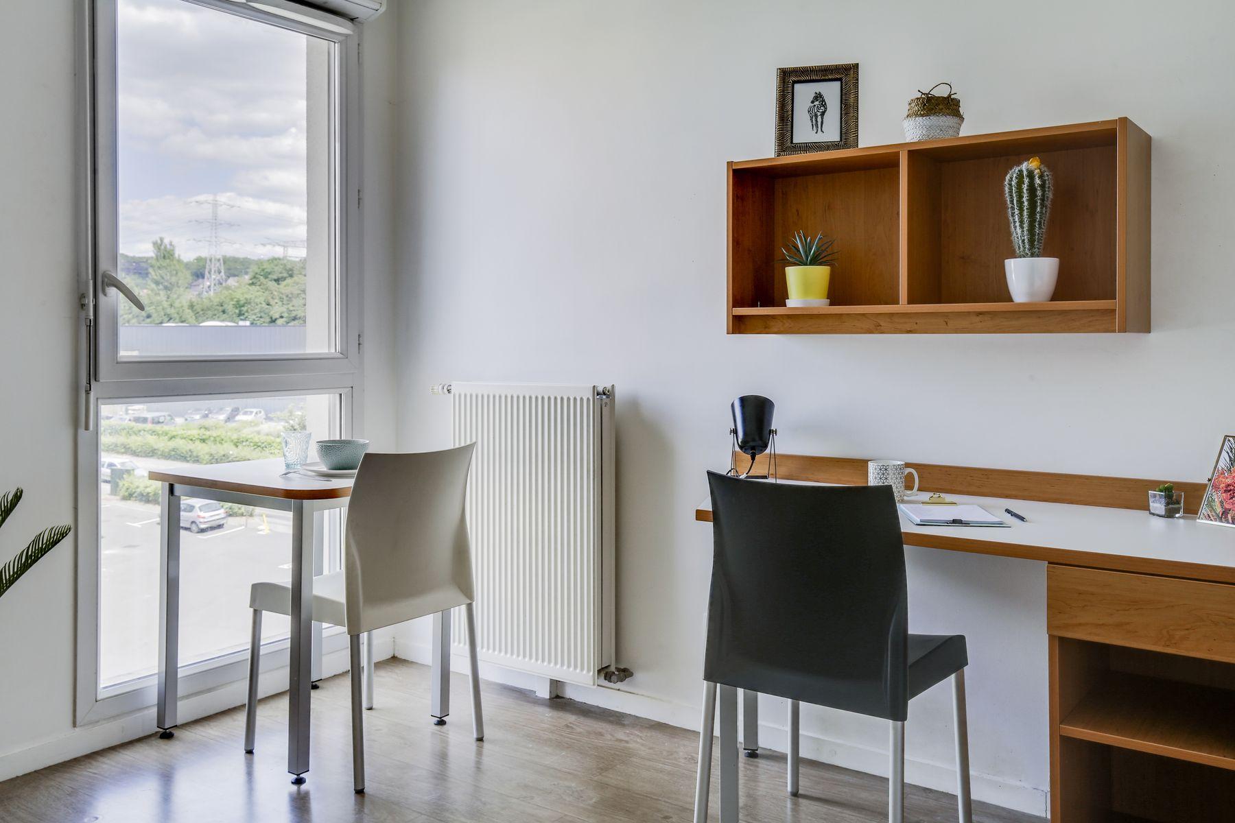 LOGIFAC résidence étudiante Compas Palaiseau bureau et table