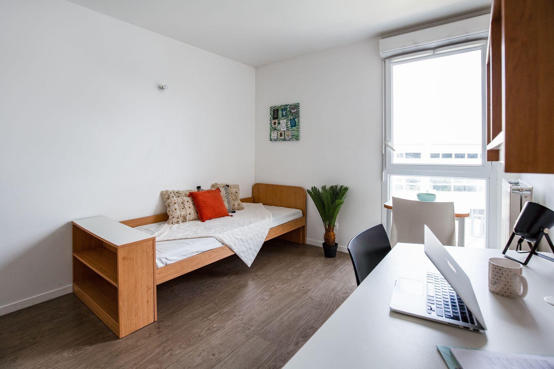 LOGIFAC résidence étudiante Compas Palaiseau lit bureau ordi