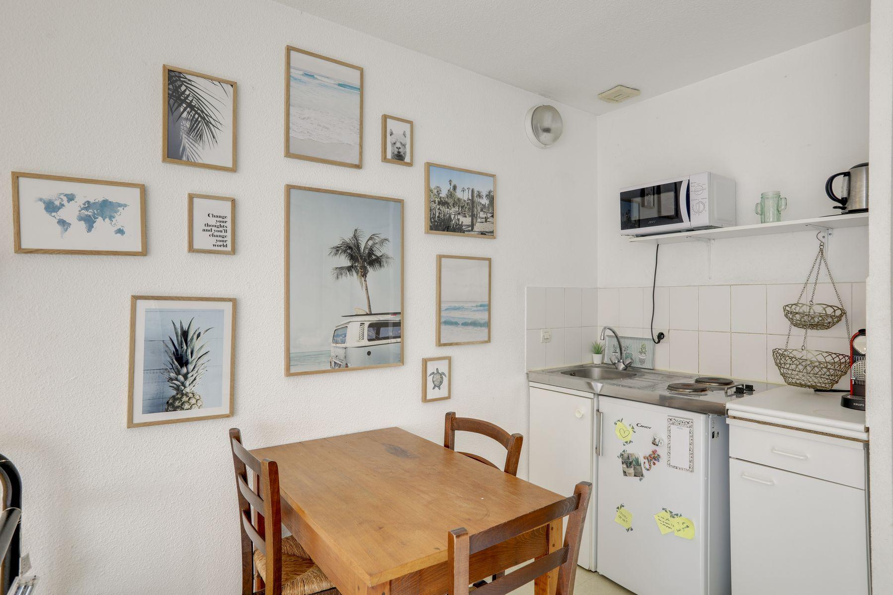 LOGIFAC résidence étudiante Corneille Rouen cuisine table tableaux