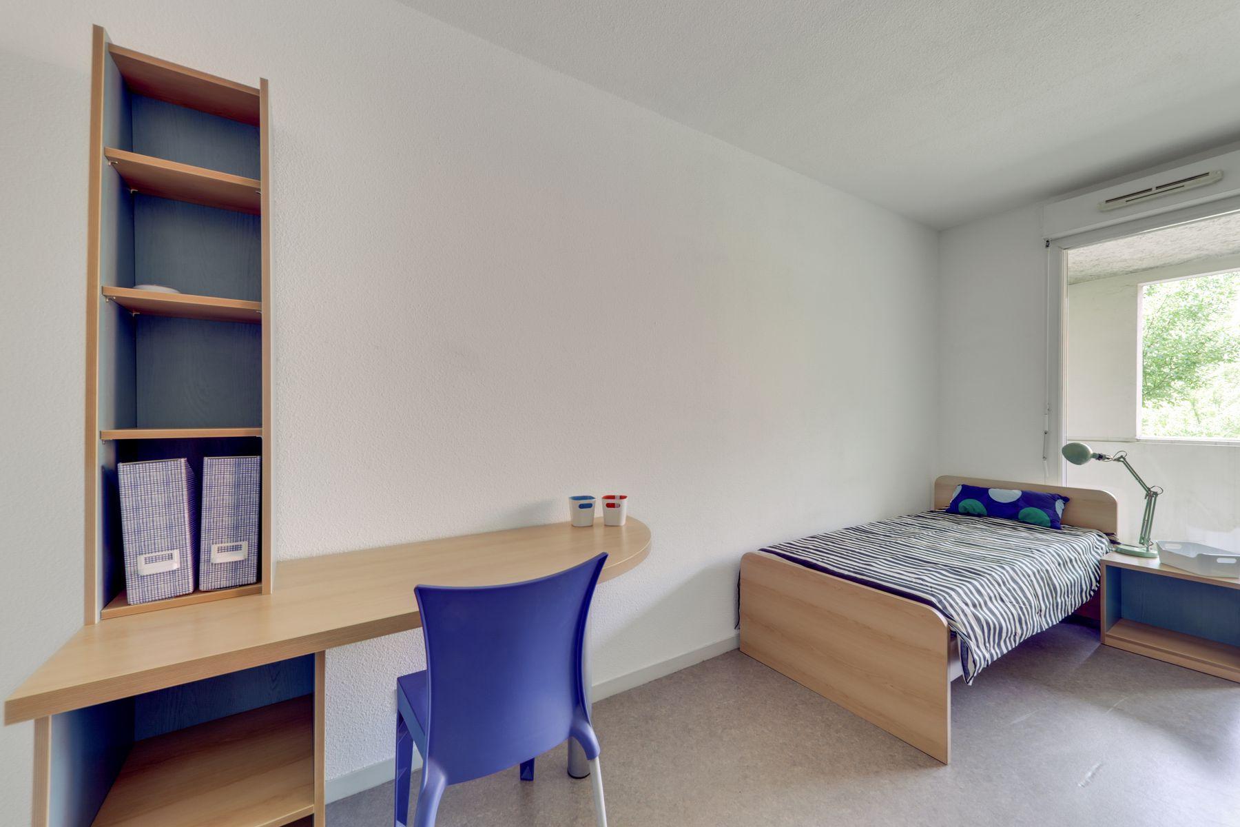 LOGIFAC résidence étudiante Rousseau Echirolles lit et bureau