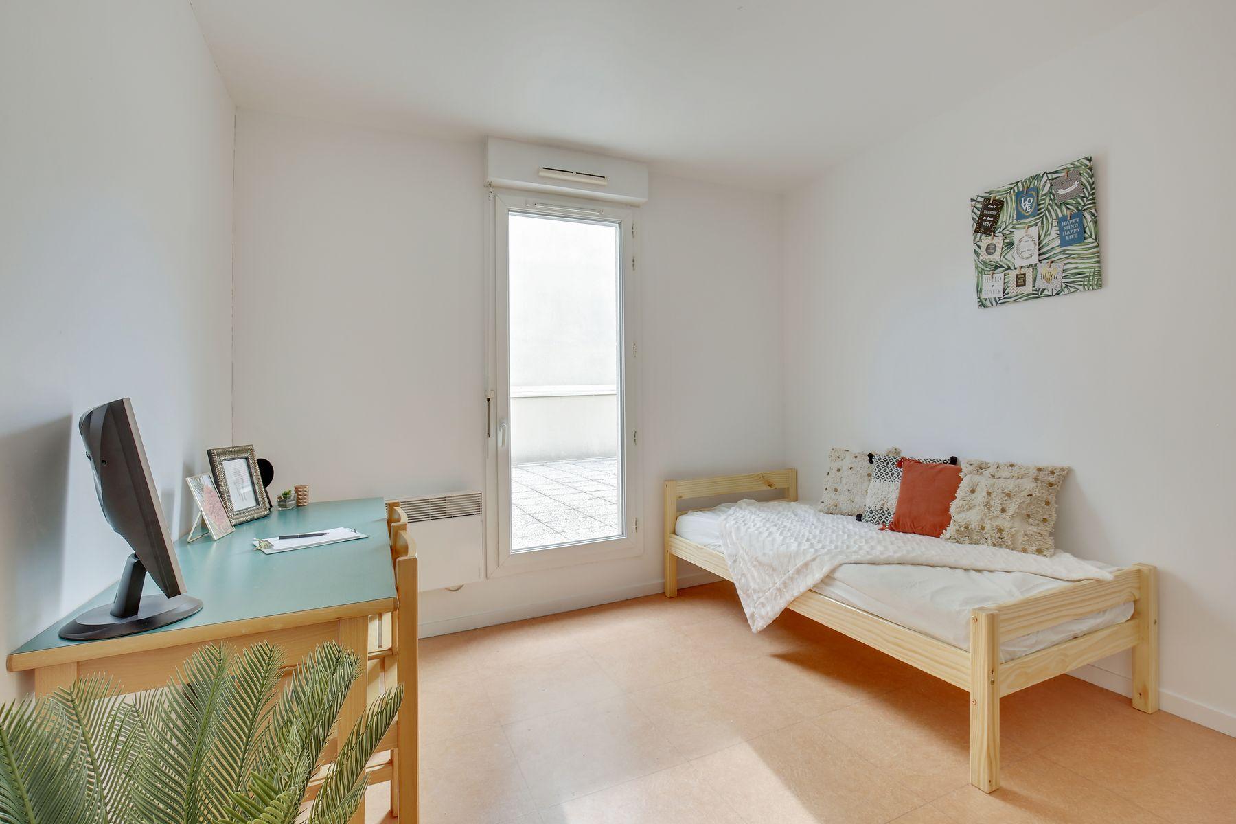 LOGIFAC résidence étudiante Ecrivains Carrières sur seine lit et bureau
