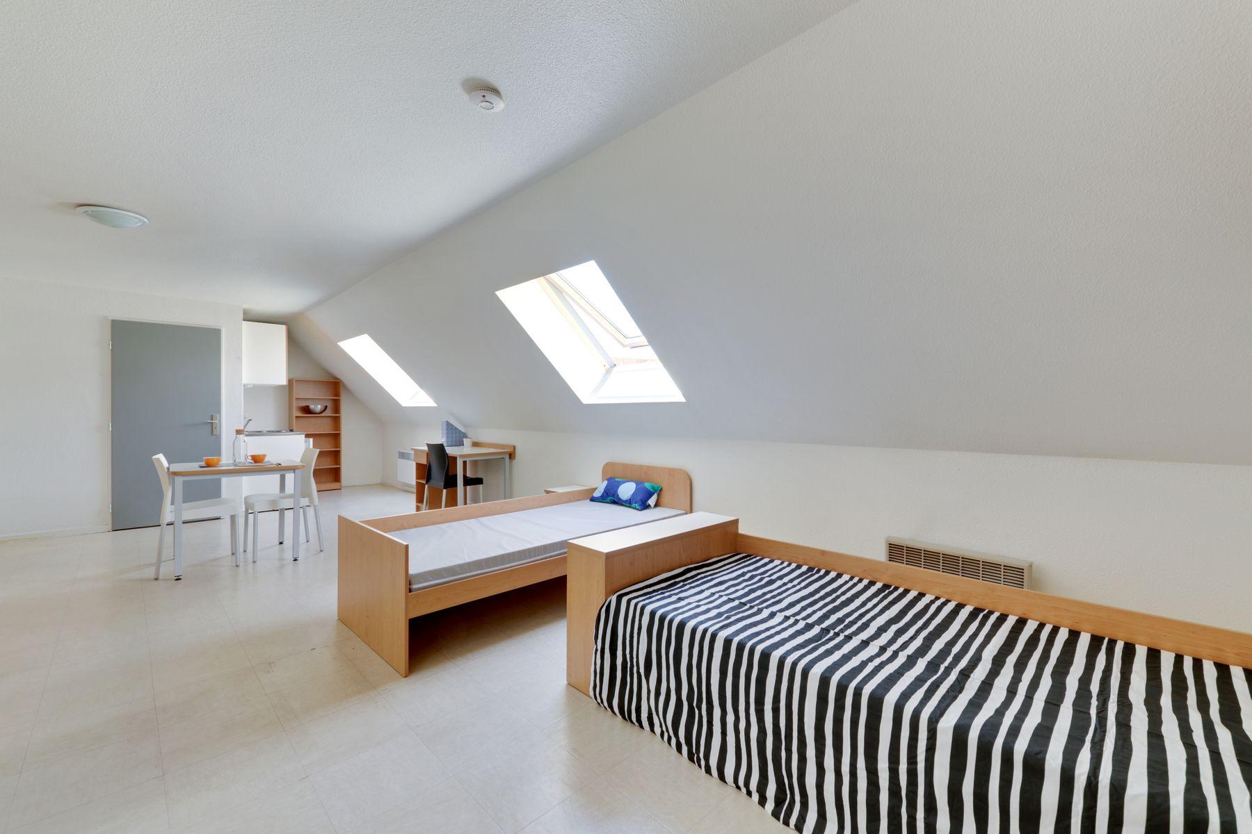 LOGIFAC résidence étudiante Anthoard Grenoble lit et bureau