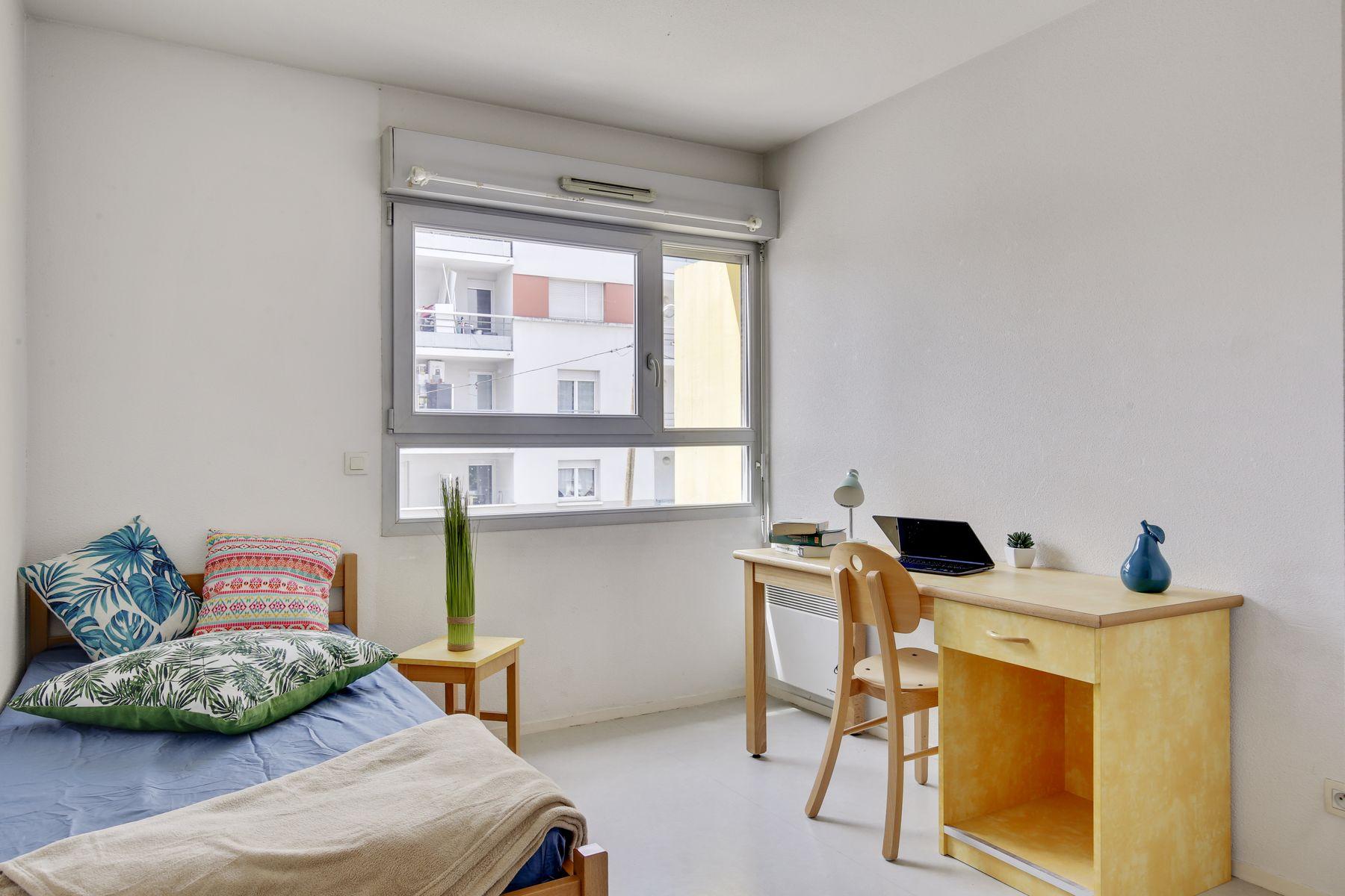 LOGIFAC résidence étudiante Léo Ferré Orly lit et bureau révisions