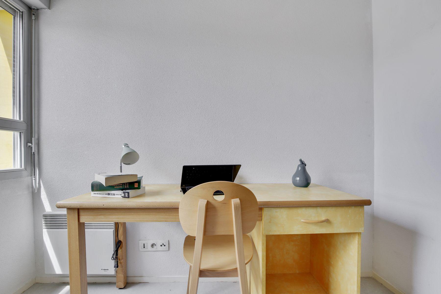 LOGIFAC résidence étudiante Léo Ferré Orly table et chaise