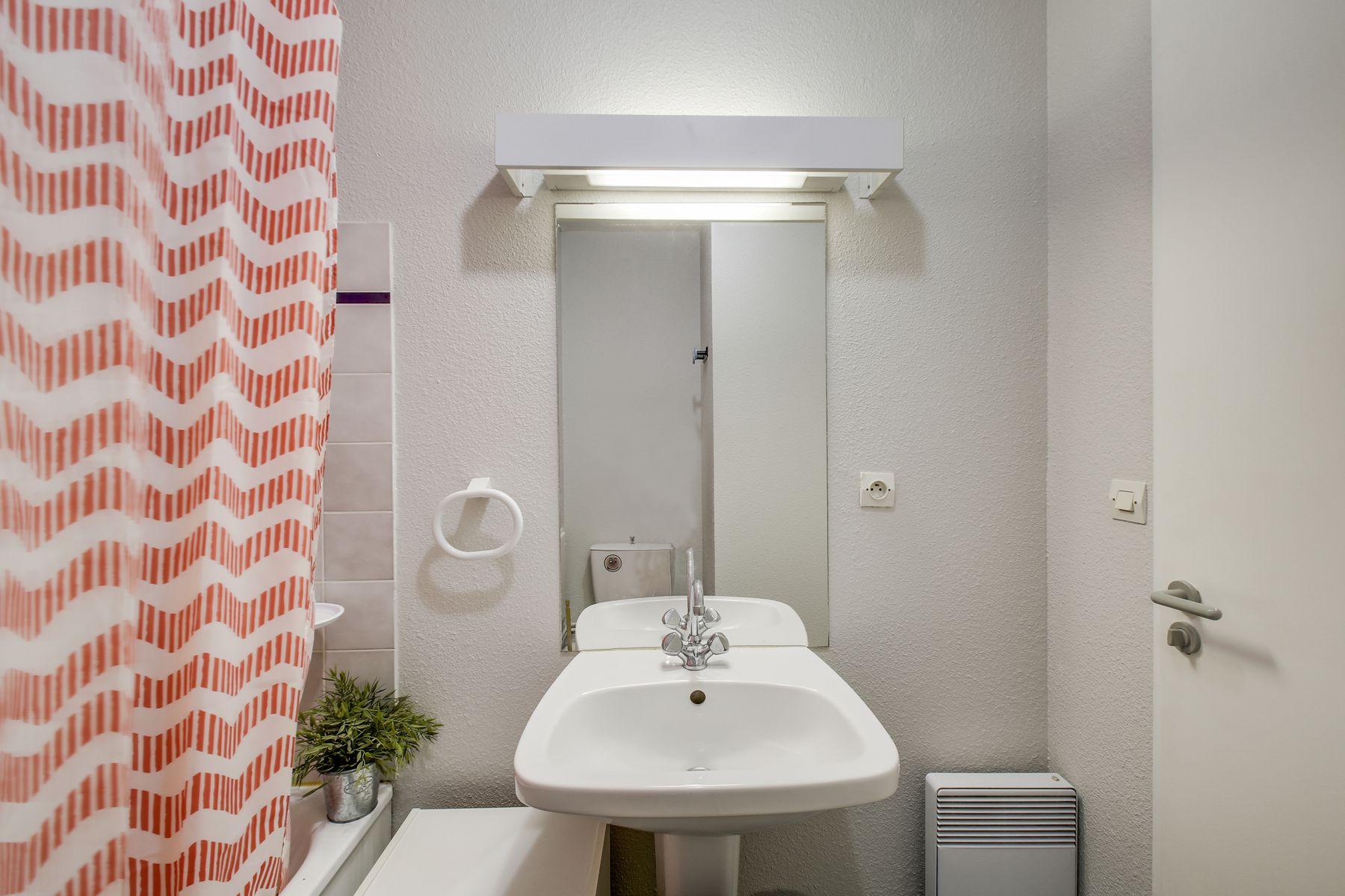 baignoire lavabo miroir résidence LOGIFAC Charcot