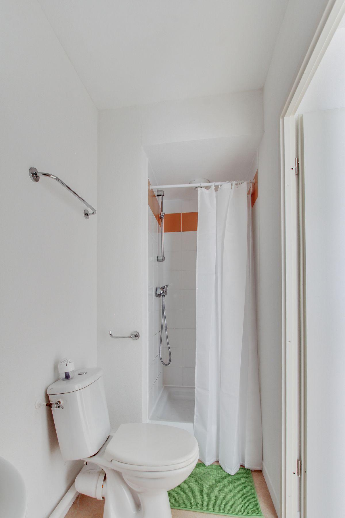 LOGIFAC résidence étudiante Bon temps Melun salle d'eau pratique