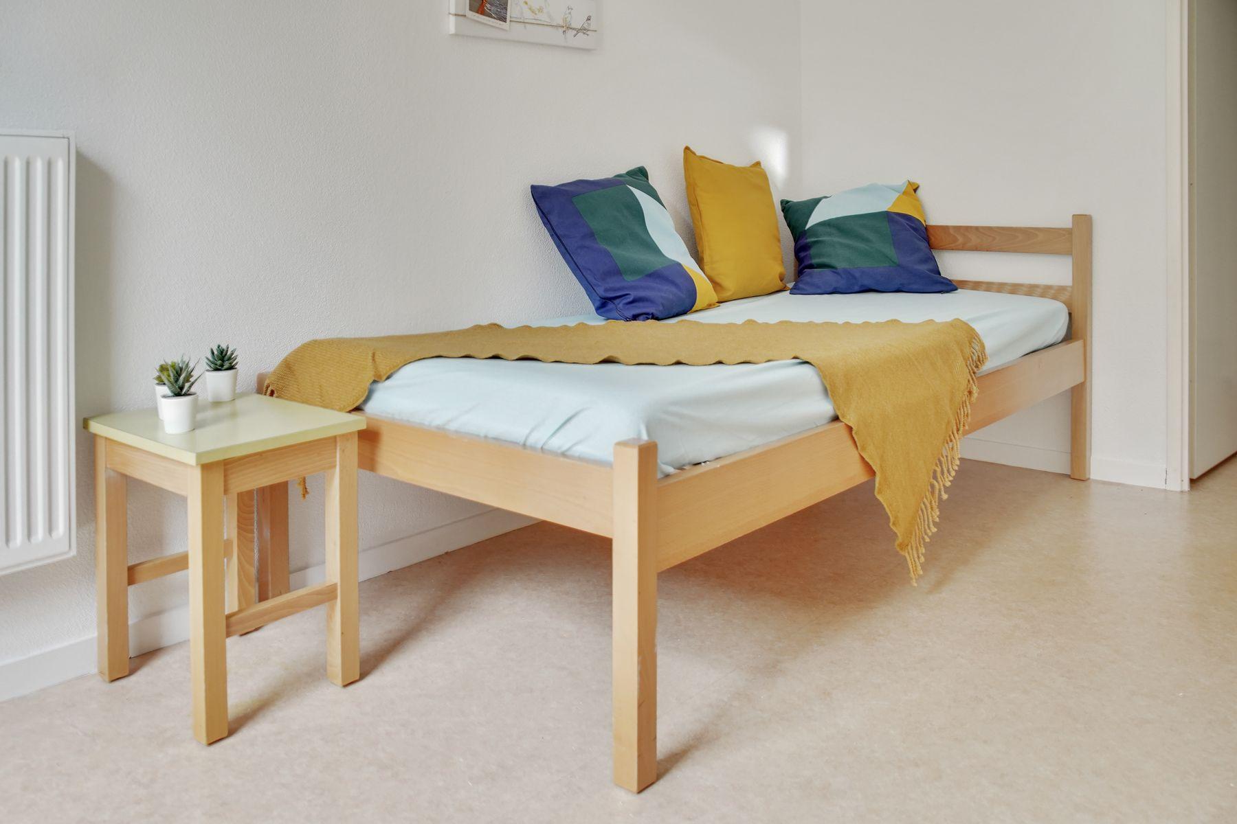 LOGIFAC résidence étudiante Bon temps Melun lit coussins et table de nuit