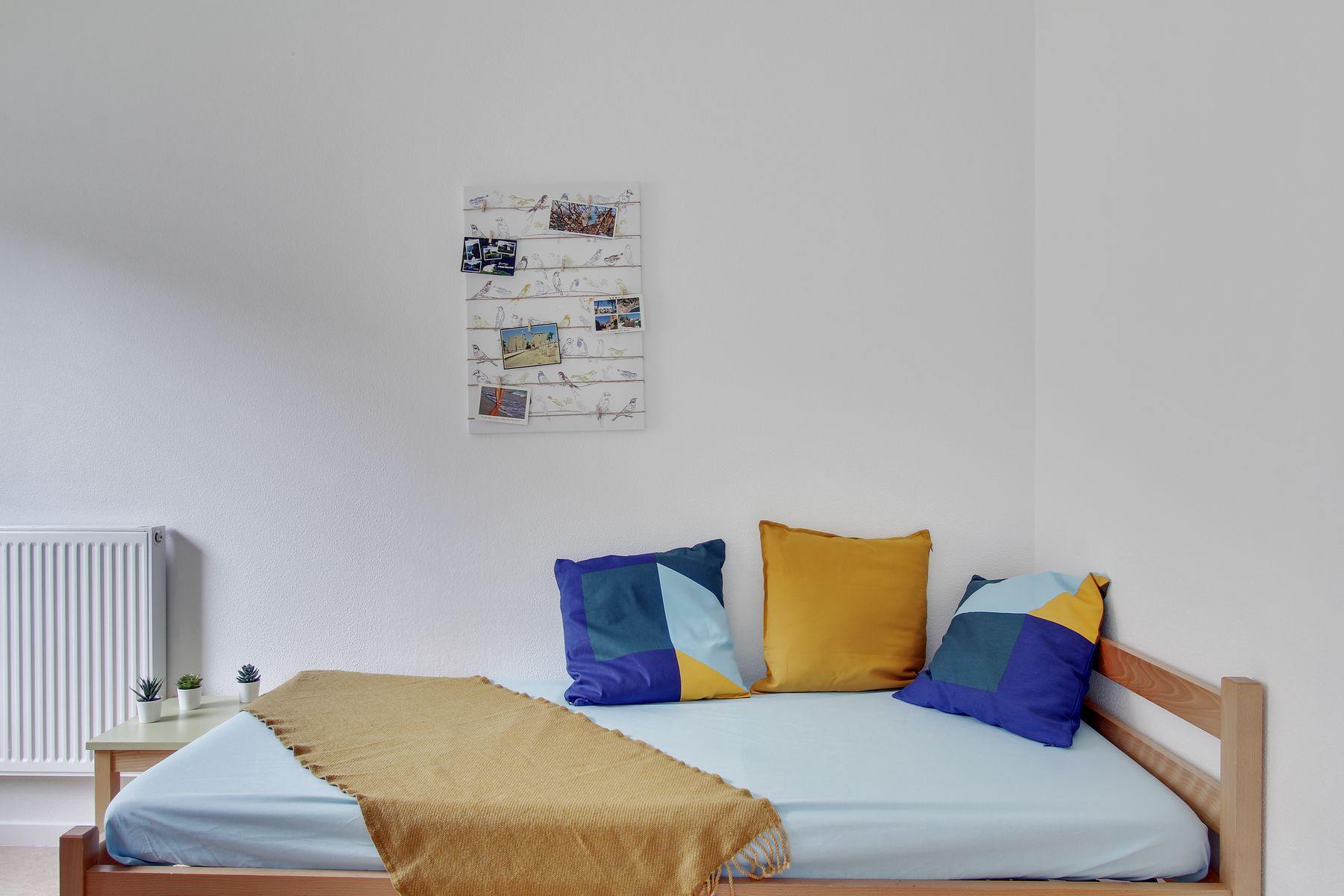 LOGIFAC résidence étudiante Bon temps Melun lit et table de nuit