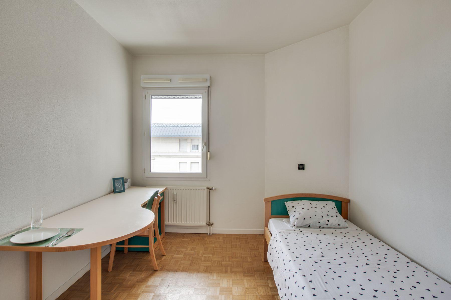 LOGIFAC résidence étudiante Porte de MontmartreParis lit bureau
