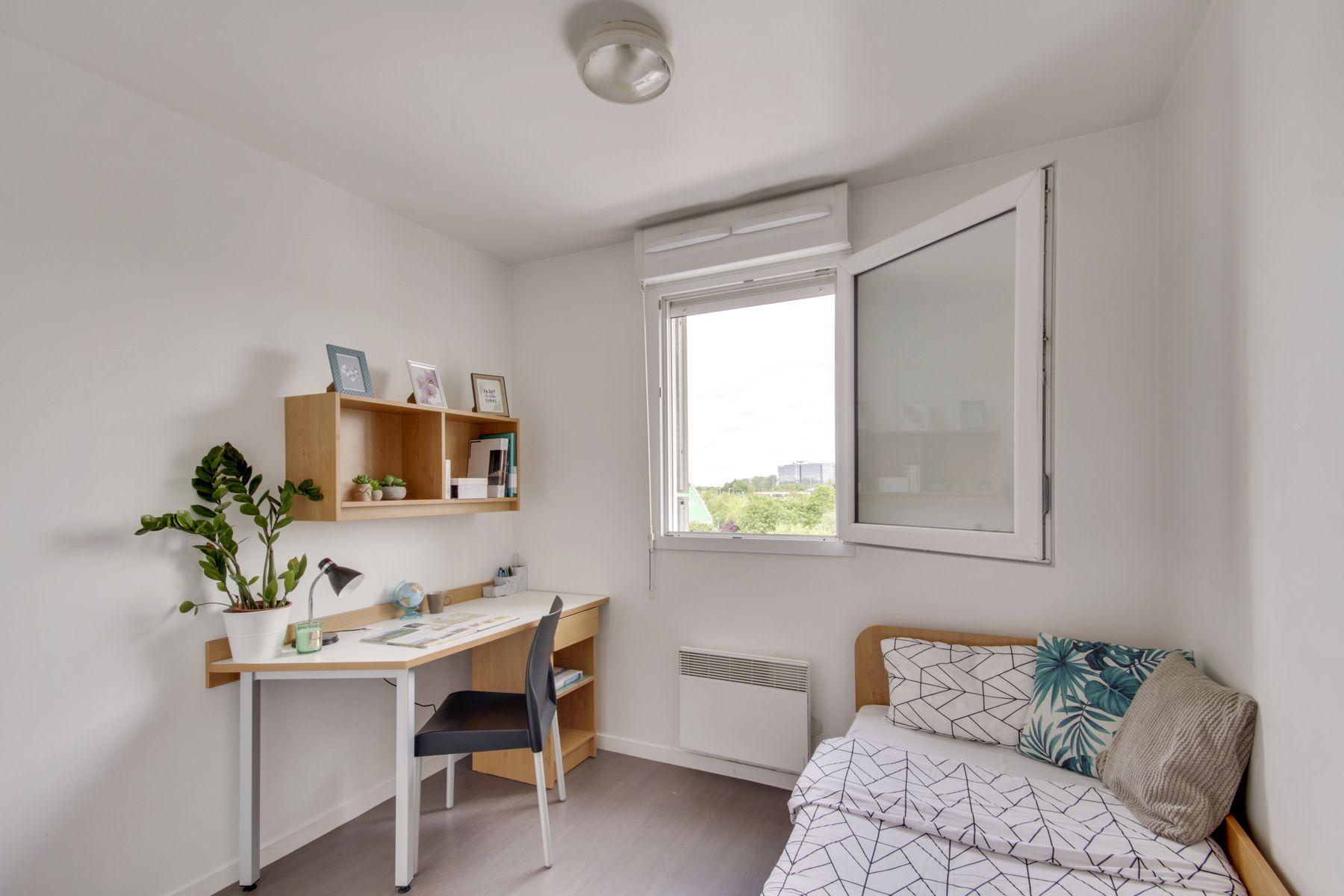 LOGIFAC résidence étudiante Prunais Villiers sur Marne lit et bureau