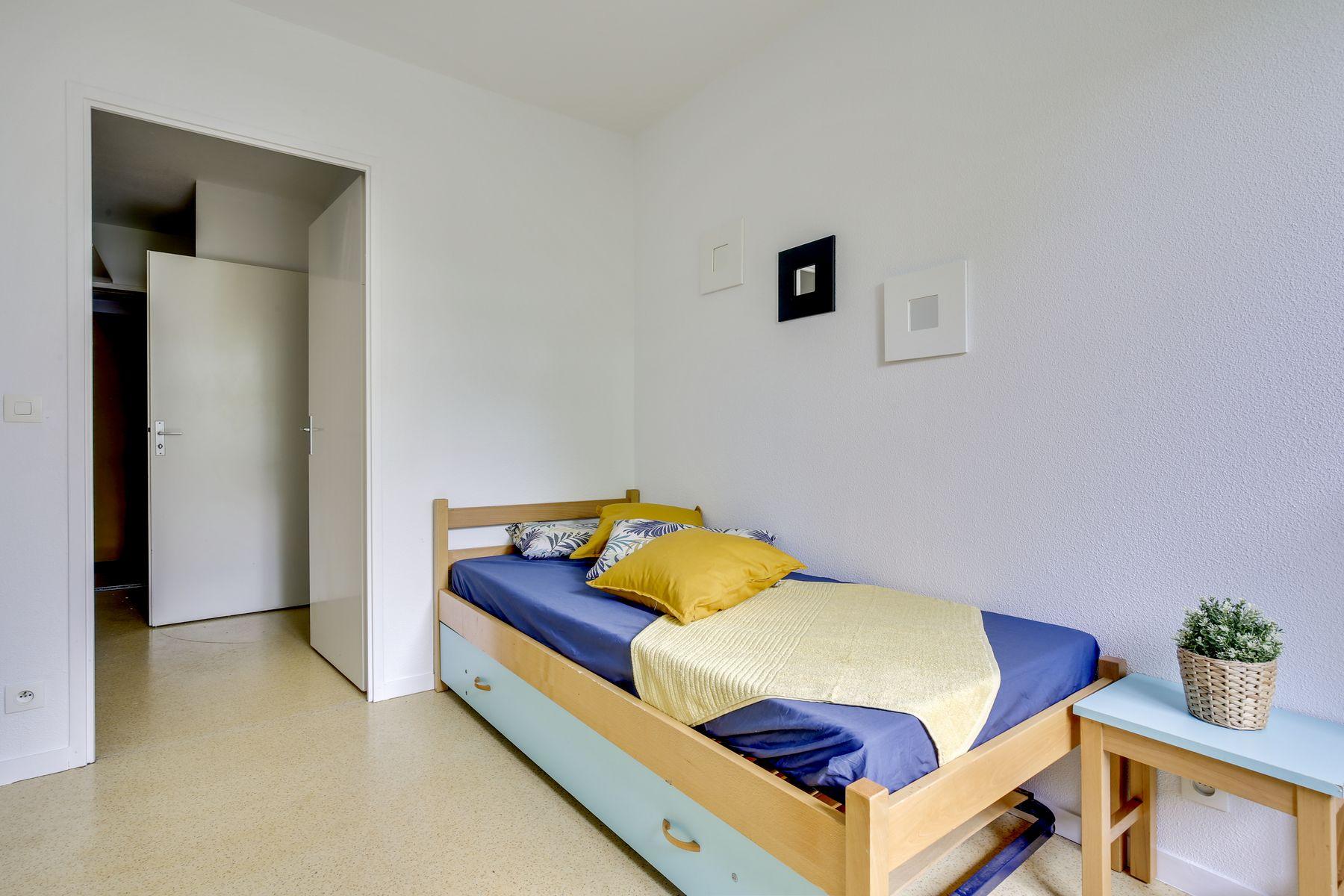 LOGIFAC résidence étudiante Pyramide Lieusaint lit et rangements