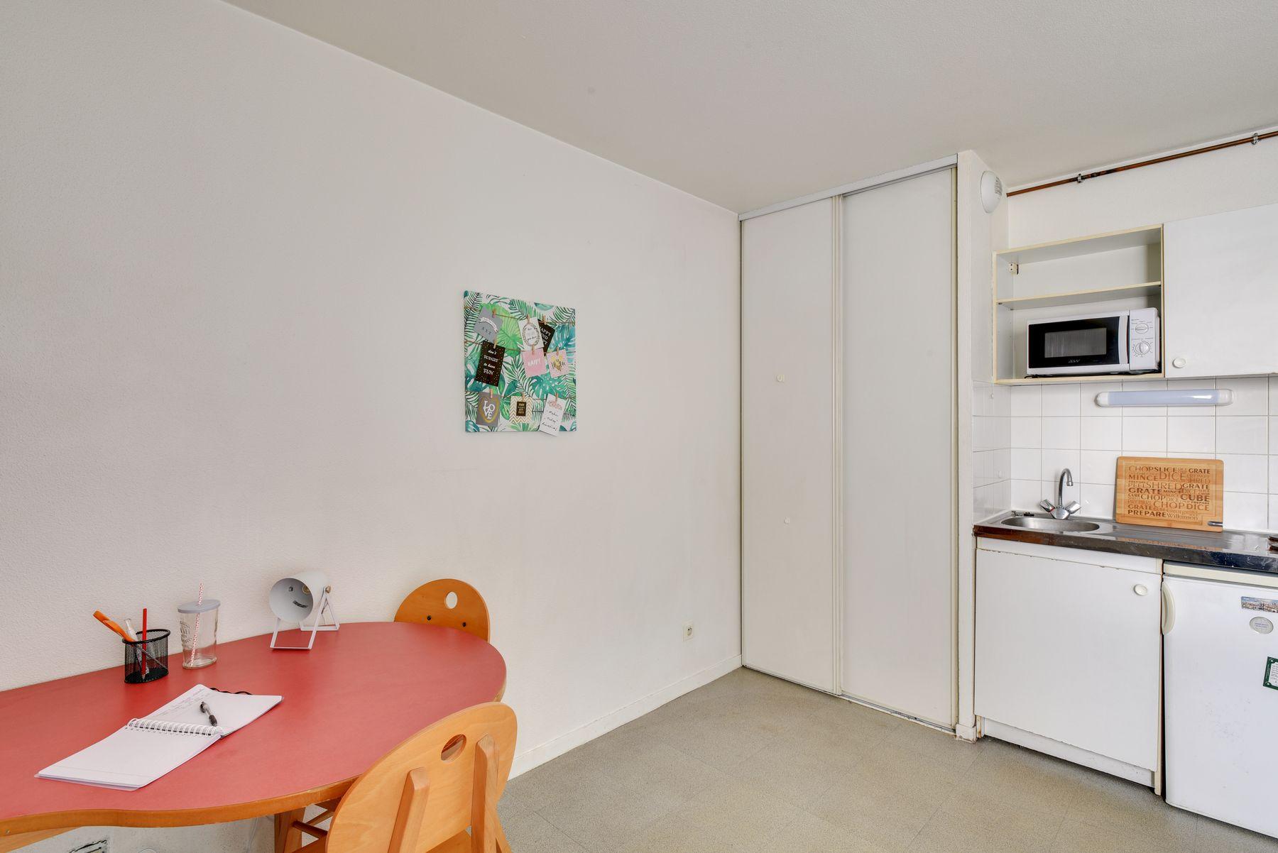 LOGIFAC résidence étudiante Saint-Mandéen Paris table et rangement