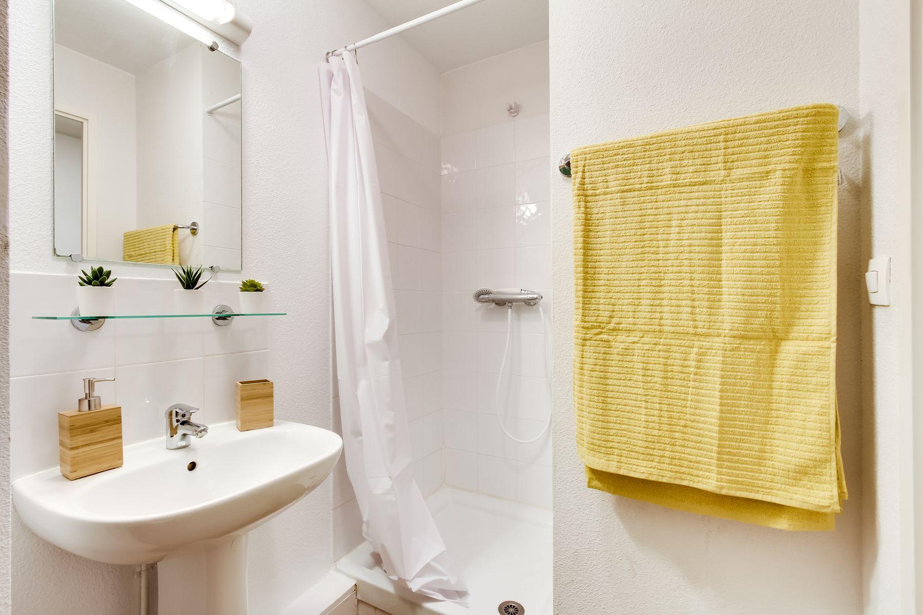 LOGIFAC résidence étudiante Van Gogh La Rochette salle d'eau